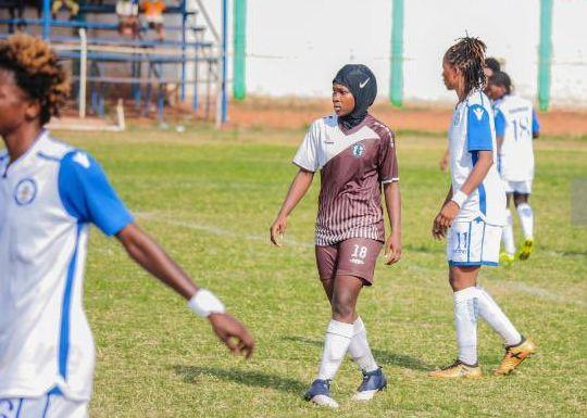 GHA: Anatu Sadat, première footballeuse voilée sur le terrain - Algérie