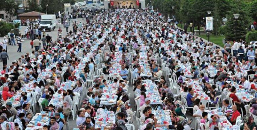رمضان حول العالم…إليكم 16 من أجمل موائد إفطار الصائمين