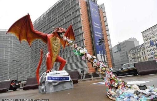 للحد من تلوث البيئة …شاهد مجسمات مذهلة مصنوعة من النفايات