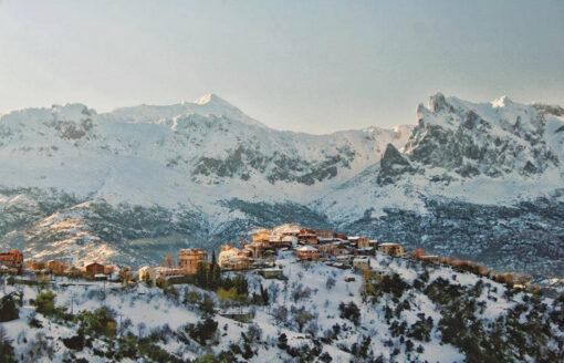 """إكتشف عاصمة الفضة """"قرية آث يني""""… لؤلؤة بين قمم جبال جرجرة"""